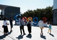 SINGAPUR, im März 2018: Google-Logo auf dem Campus, das von den Touristen fotografiert wird stockfotografie