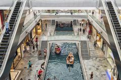 SINGAPUR, innerhalb des Malls/ lizenzfreie stockfotos