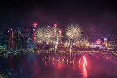 Singapur 50 Jahre Nationaltaghauptprobe Jachthafenbucht-Feuerwerke Stockbild