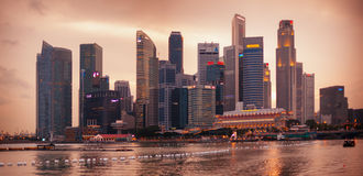 SINGAPUR - 1. JANUAR 2014: Abendskylineansicht der Wolkenkratzer Lizenzfreie Stockfotografie