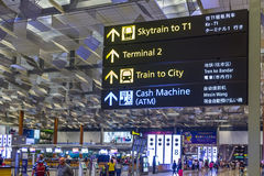 SINGAPUR - 8. JANUAR 2017: Besucher gehen um Abfahrt Hall in internationalem Flughafen Changi, Singapur Lizenzfreie Stockbilder