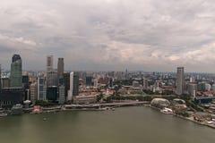 SINGAPUR - 19. JANUAR 2016: schöne szenische Ansicht der Stadt mit Wolkenkratzern lizenzfreie stockfotos