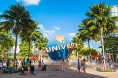 SINGAPUR - 13. Januar Touristen und Freizeitparkbesucher, die Fotos des großen drehenden Kugelbrunnens vor Universalität machen Stockfotografie