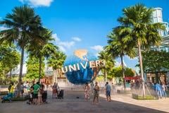 SINGAPUR - 13. Januar Touristen und Freizeitparkbesucher, die Fotos des großen drehenden Kugelbrunnens vor Universalität machen Lizenzfreies Stockbild