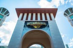 SINGAPUR - 13. Januar Touristen und Freizeitparkbesucher, die Fotos des großen drehenden Kugelbrunnens vor Universalität machen Stockbild