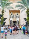 SINGAPUR - 20. Juli 2015: Besucher, die beim alten Ägypten gehen lizenzfreie stockfotografie