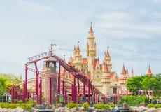 SINGAPUR 20. Juli 2015: schönes Schloss und Achterbahn in U Lizenzfreie Stockfotos