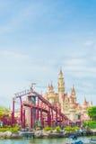 SINGAPUR 20. Juli 2015: schönes Schloss und Achterbahn in U Lizenzfreie Stockfotografie