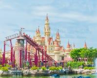 SINGAPUR 20. Juli 2015: schönes Schloss und Achterbahn in U Lizenzfreies Stockfoto