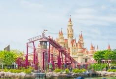 SINGAPUR 20. Juli 2015: schönes Schloss und Achterbahn in U Stockbilder