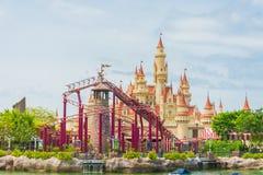SINGAPUR 20. Juli 2015: schönes Schloss und Achterbahn in U Stockfotos