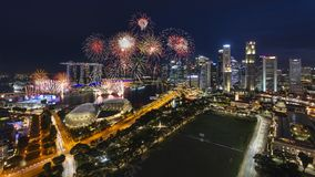 Singapur, Singapur - 21. Juli 2018: Singapurs Skyline und seine Nationaltag-Feuerwerke lizenzfreie stockfotos