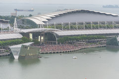SINGAPUR - 18. Juli 2015: viele Leute auf Marina Bay, die zu wartet Stockfotografie