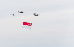 Singapur julio, 18 2015: mosca del helicóptero en el cielo para quincuagésimo Ana Fotografía de archivo