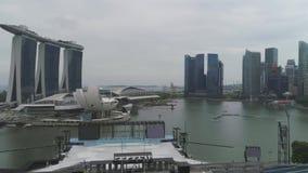 SINGAPUR - 17. JUNI 2018: Vogelperspektive von Marina Bay Sands Singapore schuß Vogelperspektive von Singapur-Stadt-Skylinen mit stock footage