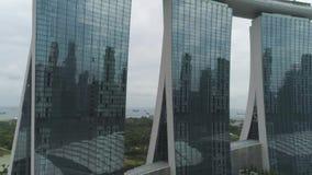 SINGAPUR - 17. JUNI 2018: Vogelperspektive von Marina Bay Sands Singapore schuß Vogelperspektive von Singapur-Stadt-Skylinen mit stock video