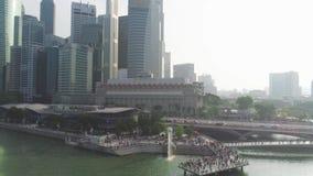 Singapur - junio de 2018: Atracciones turísticas superiores en Singapur alrededor de Marina Bay tiro Vista superior del río en Si metrajes