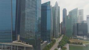 Singapur - junio de 2018: Marina Bay Financial Centre en Singapur tiro Está consistiendo en tres torres de la oficina, dos almacen de video