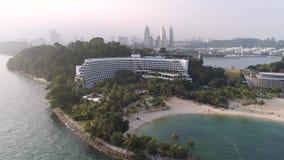 SINGAPUR - junio de 2018: Vista superior de casas en la Palm Beach tiro Vista superior del mar con las palmeras y el hotel de luj metrajes