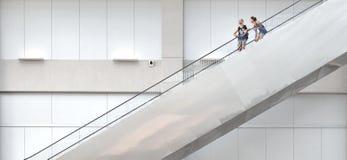 Singapur, Leute im Atrium von Centrepoint-Einkaufszentrum in Jachthafenbucht Sanden mit Leuten auf Treppenaufzug mit Hintergrund lizenzfreies stockfoto