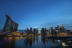 Singapur linia horyzontu i Marina zatoka przy nocą Obrazy Royalty Free