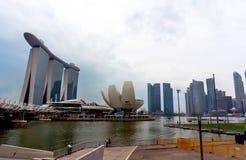 Singapur linia horyzontu - nowożytni drapacze chmur z odbiciem w wodzie fotografia royalty free
