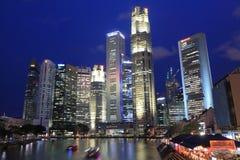 Singapur linia horyzontu Quay nocą i łódź Fotografia Royalty Free