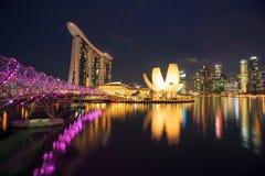 Singapur linia horyzontu z miastowym budynkiem przy nocą w Singapur Fotografia Royalty Free