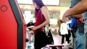 Singapur, 13 2018 Lipiec Odprawa przy zaradności biurkiem w lotnisku, zakończenie w górę ich ręk 3840x2160 zbiory