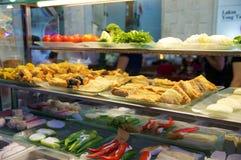 SINGAPUR, LIPIEC - 23rd, 2016: Uliczny jedzenie, gablota wystawowa restauracja Smażący mięso z warzywami przy Lau Pa Siedział fes Zdjęcie Stock
