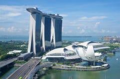 SINGAPUR, LIPIEC - 23rd, 2016: unikalny drapacz chmur w w centrum Marina zatoce z kasynem i nieskończoność basen na górze Zdjęcia Stock