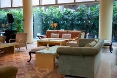 SINGAPUR, LIPIEC - 23rd, 2016: wśrodku holu przy 5 gwiazdowym luksusowym hotelem Marina zatoka, wielki widok i wygodna kanapa, Obraz Stock