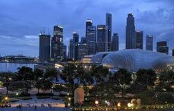 SINGAPUR, LIPIEC - 2007: Singapur linia horyzontu przy zmierzchem i chmurnym niebem Obrazy Royalty Free