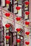 SINGAPUR, LUTY - 3: Chińscy lampiony na zewnątrz budynku wewnątrz zdjęcie royalty free