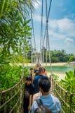 SINGAPUR SINGAPUR, LUTY, - 01, 2018: Niezidentyfikowani ludzie bierze obrazki i odprowadzenie nad drewnianym zawieszeniem Obrazy Stock