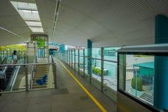 SINGAPUR SINGAPUR, LUTY, - 01, 2018: Niezidentyfikowani ludzie chodzi na piętrze w elektrycznym schodku w Jednoszynowym, Zdjęcie Royalty Free