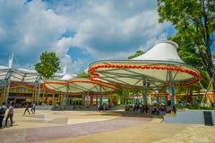 SINGAPUR SINGAPUR, LUTY, - 01, 2018: Niezidentyfikowani ludzie pod wspaniałym struktury chronieniem od słońca przy Obrazy Royalty Free