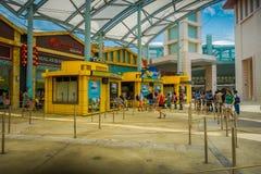 SINGAPUR, LUTY - 01, 2018: Niezidentyfikowani ludzie przy wchodzić do universal studio Singapur są parkiem tematycznym lokalizowa Obraz Stock