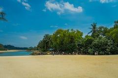SINGAPUR SINGAPUR, LUTY, - 01, 2018: Piękny plenerowy widok i niezidentyfikowani ludzie chodzi w żółtym piasku z Zdjęcia Royalty Free