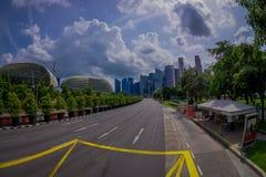 SINGAPUR SINGAPUR, LUTY, - 01, 2018: Piękny plenerowy widok Marina zatoki piasek z długą autostradą z ogromnym, Obrazy Royalty Free