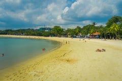 SINGAPUR SINGAPUR, LUTY, - 01, 2018: Piękny plenerowy widok niezidentyfikowani ludzie cieszy się żółtego piasek i Zdjęcia Royalty Free