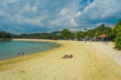 SINGAPUR SINGAPUR, LUTY, - 01, 2018: Piękny plenerowy widok niezidentyfikowani ludzie cieszy się żółtego piasek i Zdjęcie Stock