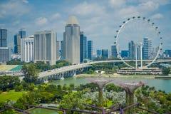 SINGAPUR SINGAPUR, LUTY, - 01, 2018: Piękny plenerowy widok Singapur ulotka - Wielki Ferris Toczy wewnątrz Zdjęcie Stock