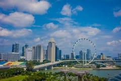 SINGAPUR SINGAPUR, LUTY, - 01, 2018: Piękny plenerowy widok Singapur ulotka - Wielki Ferris Toczy wewnątrz Obrazy Stock