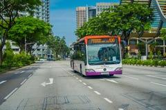 SINGAPUR SINGAPUR, LUTY, - 01, 2018: Plenerowy widok autobusowy transport publiczny SBS transport Ograniczający jest a wielki Obrazy Stock