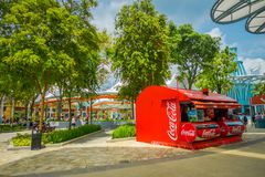 SINGAPUR SINGAPUR, LUTY, - 01, 2018: Plenerowy widok buda koka-kola pije wśrodku universal studio lokalizować Zdjęcie Stock