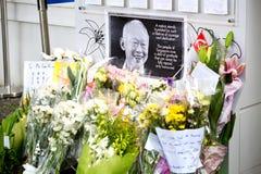 SINGAPUR - 23. MÄRZ: Ein Blumen- und Wandtribut zum späten ex Premierminister von Singapur, Herr Lee Kuan Yew, der starb Stockfotos