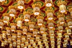 Singapur - 4. März 2018: Schöne Lichtdekoration auf der Decke im Buddha-Zahn-Relikt-Tempel stockfotos