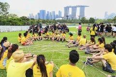 SINGAPUR - 29. MÄRZ: Teamwettbewerbskinder in Singapur bei Marina Bay Lizenzfreie Stockfotos