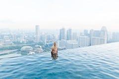 Singapur, am 17. Mai 2018 Mädchen schaut zu Singapur-cityline vom Unendlichkeitspool Stockfotografie